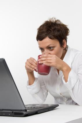 woman-drinking-coffee-computer